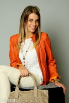 Hose mit gepflegter Lederjacke, Shirt, weißer Tasche und Modeschmuck